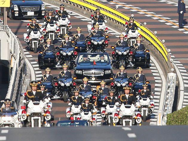 5dc7c68f1f00005000dede51.jpeg皇宮警察の隊列
